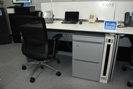 """デスクの下に設置された""""スマートPDU""""がPCや<br>電話、ライトなどの電力使用量を計測"""