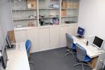 兵庫医療大学サーバルーム。ローカルアクセス用のユーザステーションを2台配置