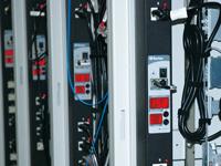 PDU全体とアウトレットごとの電圧、<br>電流がLED表示される